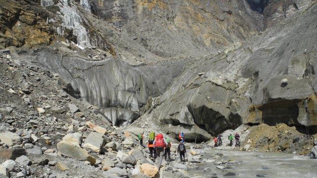 Wandergruppe bei Flussüberquerung