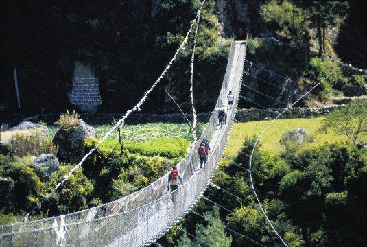 Wanderer beim Überqueren einer Hängebrücke