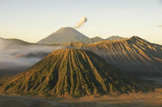 Java Bromo Semeru mit kleiner Eruption