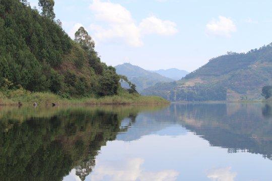 Uganda-Spiegelung-Lake-Mutanda