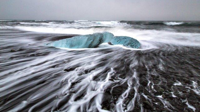 Eisklumpen am Lavastrand