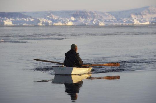 Grönland Inuit Jäger im BootOstgroenland Jaeger mit Boot_2